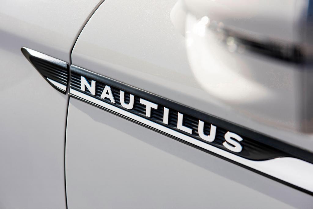 Дебют состоится 20 ноября: Lincoln опубликовал тизер на обновленный кроссовер Nautilus 2021