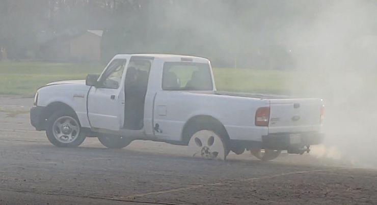 С автомобиля воры сняли колеса: мужчина просто заменил их деревянными