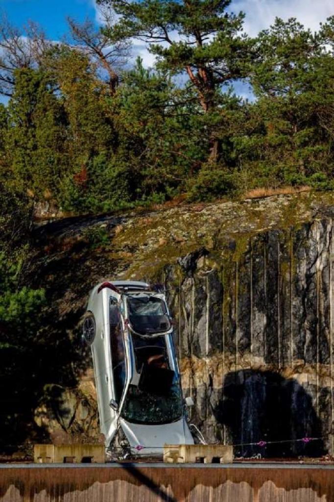 """Не спецэффектов ради: Volvo сбросила десяток автомобилей с высоты 9-этажки, чтобы спасатели могли """"потренироваться"""""""