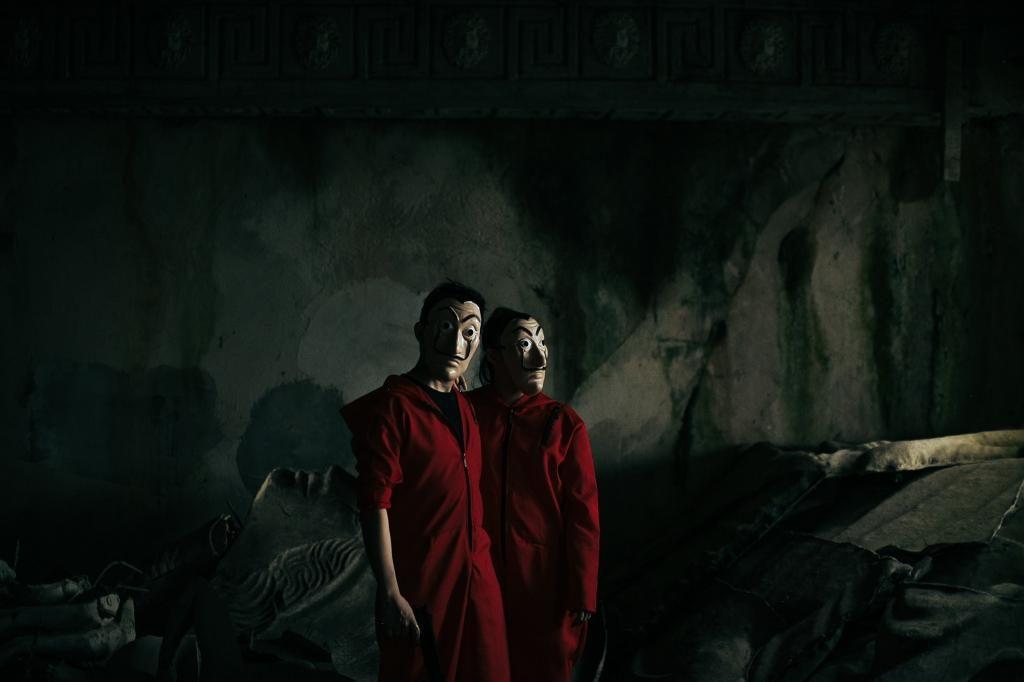 Филиппины: пара воссоздала сцены из сериала «Бумажный дом» для предсвадебной съемки
