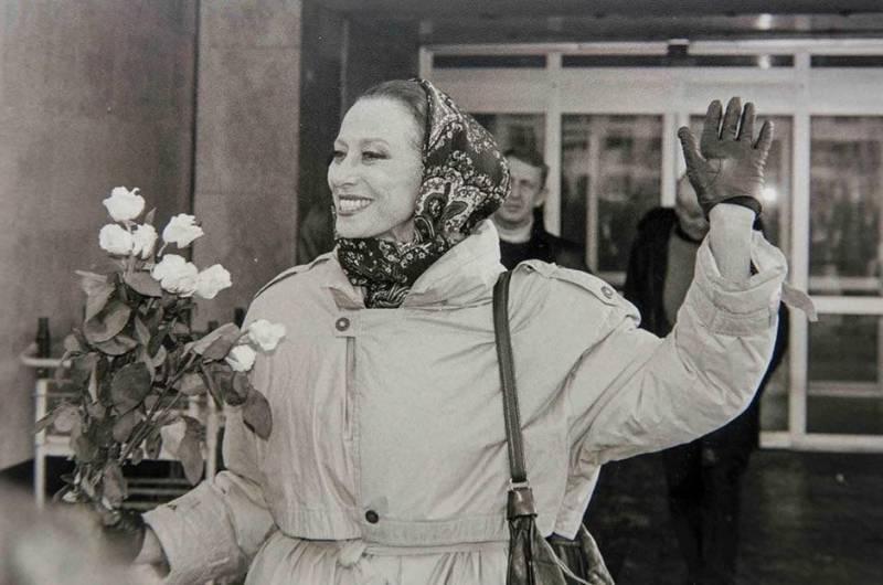 Оборки и воланы в белом цвете, V-образное декольте, косынка. Как одевалась икона стиля Майя Плисецкая