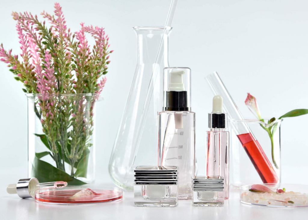 Наличие алкоголя в составе декоративной косметики может привести к серьезным проблемам с кожей. Ингредиенты в средствах макияжа, которых следует избегать, если у вас сухая кожа