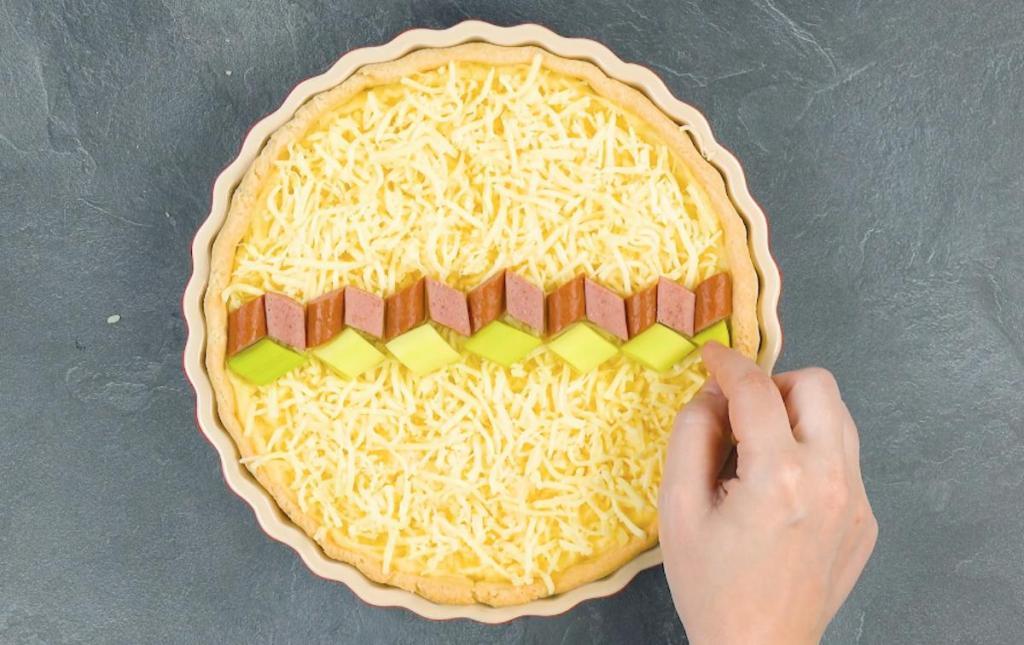 Пирог с колбасой, луком-пореем и картофельным пюре подаю красиво