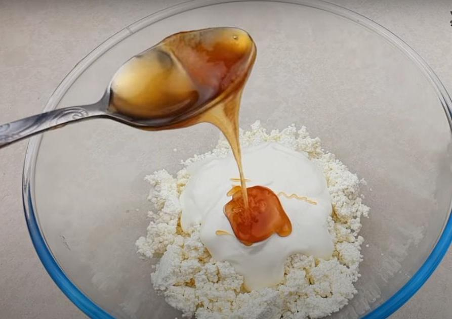 Очень вкусный творожный рулет с орешками и сухофруктами: заливаю смесь в бутылку и замораживаю