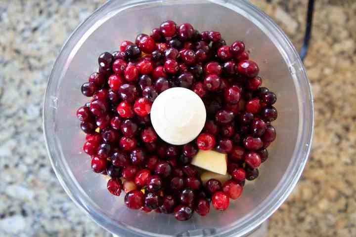 Бюджетный вариант праздничного десерта: клюквенное желе с кусочками свежих фруктов