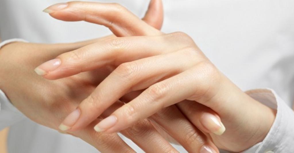 Зимой не хожу в салон на парафинотерапию. Спасаю кожу рук домашней маской (ее можно наносить даже на лицо или шею – эффект порадует)