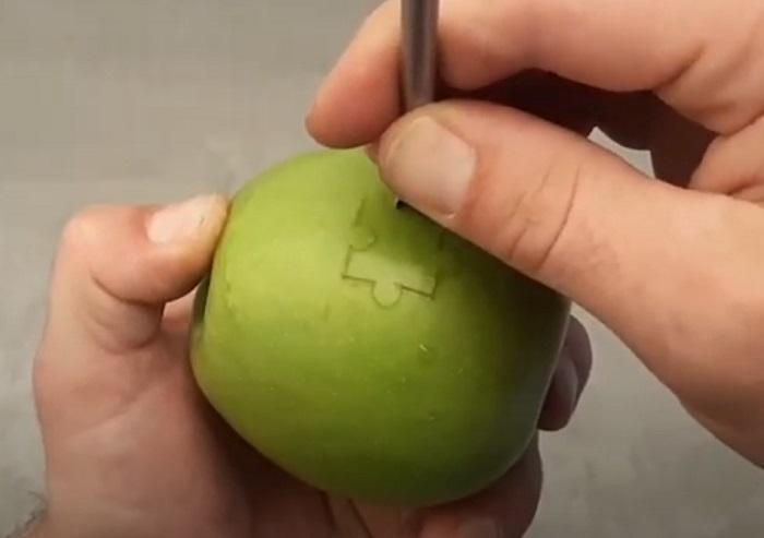 Главное, не съесть кусочек: парень превратил обычное яблоко в настоящий пазл (видео)
