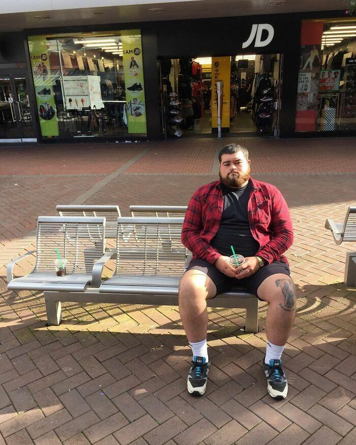 Кто-то оценивает фильмы и рестораны, а 23-летний англичанин оценивает скамейки