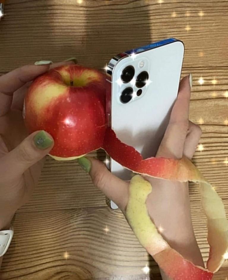 Вместо ножа: пользователи показали, как очищают яблоки от кожуры с помощью iPhone 12