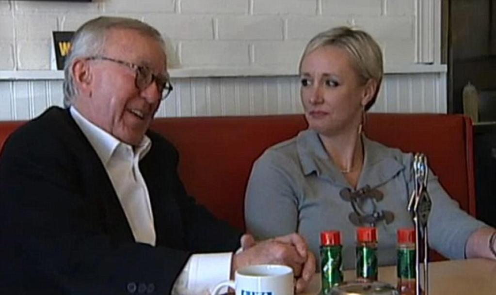 Посетитель ресторана, обратив внимание на официанта, решил оплатить ему лечение зубов. Теперь белоснежной улыбкой мужчины любуются все гости