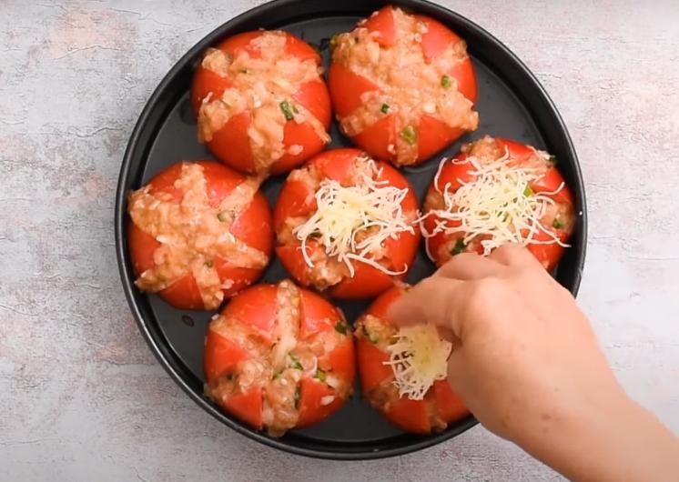 Надрезаю помидоры на 6 частей и начиняю фаршем: блюдо готовится всего 35 минут в духовке и выглядит весьма креативно