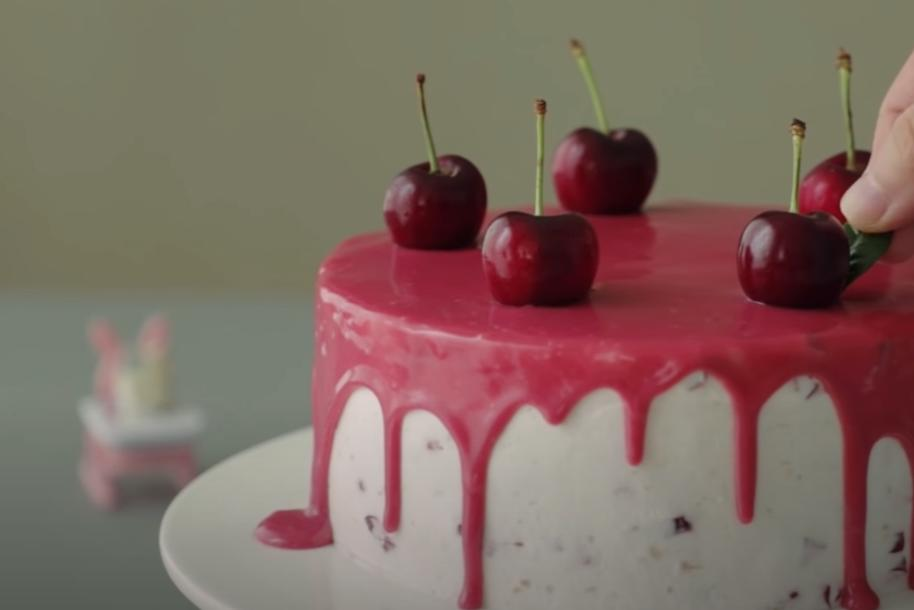 Подсмотрела у корейского блогера рецепт вишневого тортика: сочетание вишни с глазурью и взбитыми сливками идеально