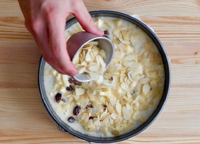 Попался на глаза рецепт яблочного пирога с изюмом, миндалем и сливочным слоем: любимая выпечка раскрылась по-новому