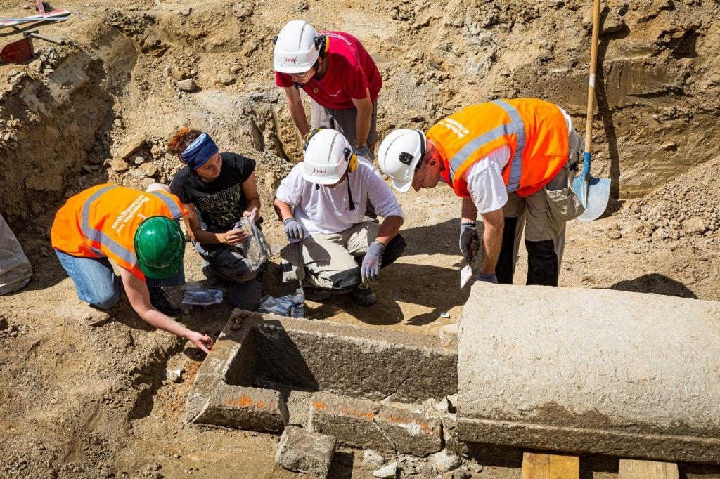 Античные кольца, булавки и песчаные саркофаги римских аристократов обнаружили во Франции (фото)