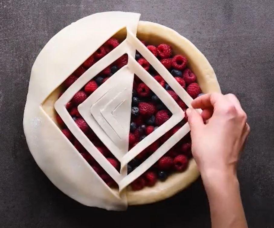 Красивый способ оформления закрытого пирога с ягодами: просто и эффектно (фото)