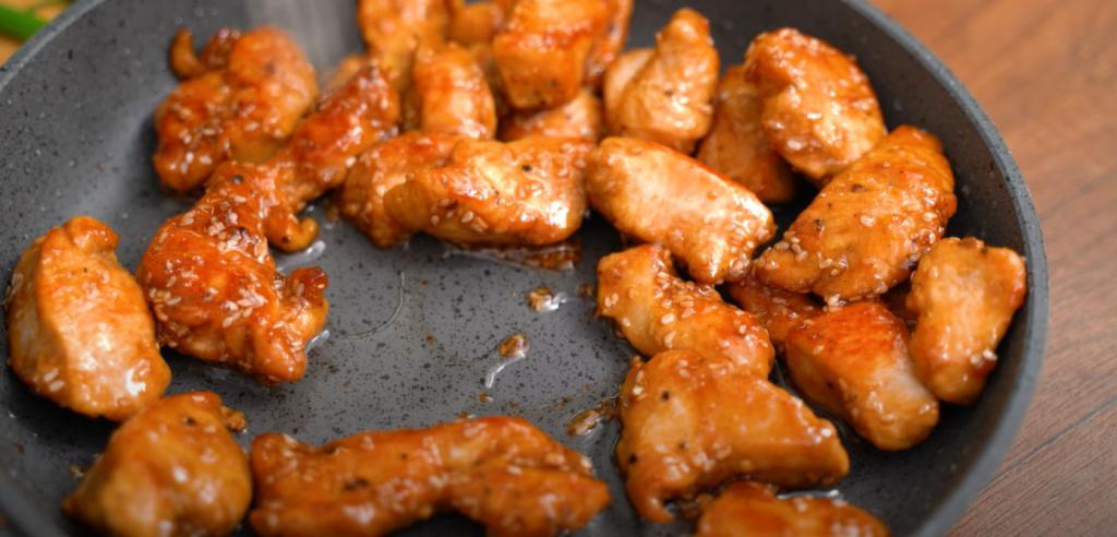 """Научилась готовить """"бархатное"""" мясо по-китайски: мариную курицу в яичном белке"""
