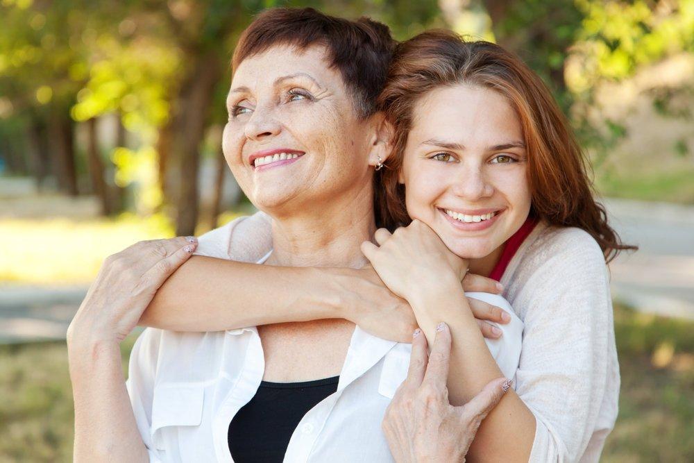 Вещи большего размера и шарфики всегда. Ко дню мамы стилисты делятся лучшими советами от своих мам