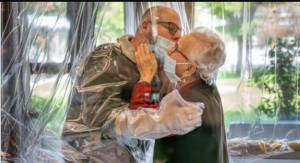 Итальянцы не могут без обнимашек: в одном доме престарелых даже создали необычную комнату для этой цели