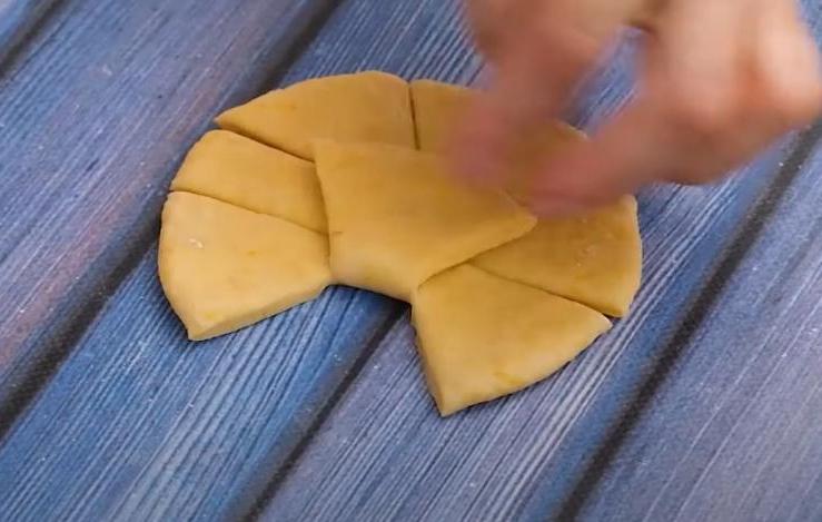Когда хочется пирожков с тыквой, делаю их в форме галстука-бабочки: в театр такие не наденешь, но в антракте - лучший перекус