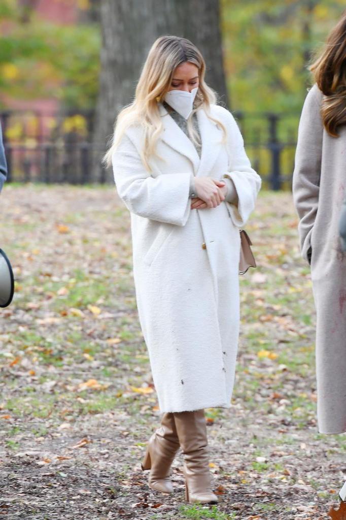Одно пальто хорошо, а два лучше: Хилари Дафф попала в объектив в двух пальто сразу