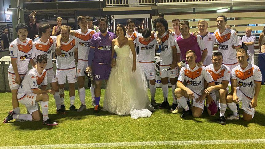 Австралия: футболист-молодожен пришел на матч в сопровождении красавицы-невесты в свадебном платье