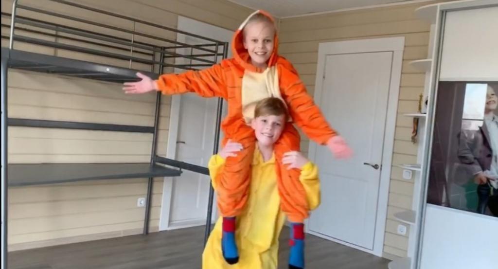 Как выглядят подросшие сыновья Ксении Новиковой: фото загорелых блондинов Богдана и Мирона