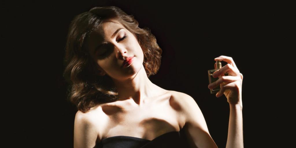 Почему стоит наносить парфюм на пупок и другие места: советы от парфюмера Стивена Клесса