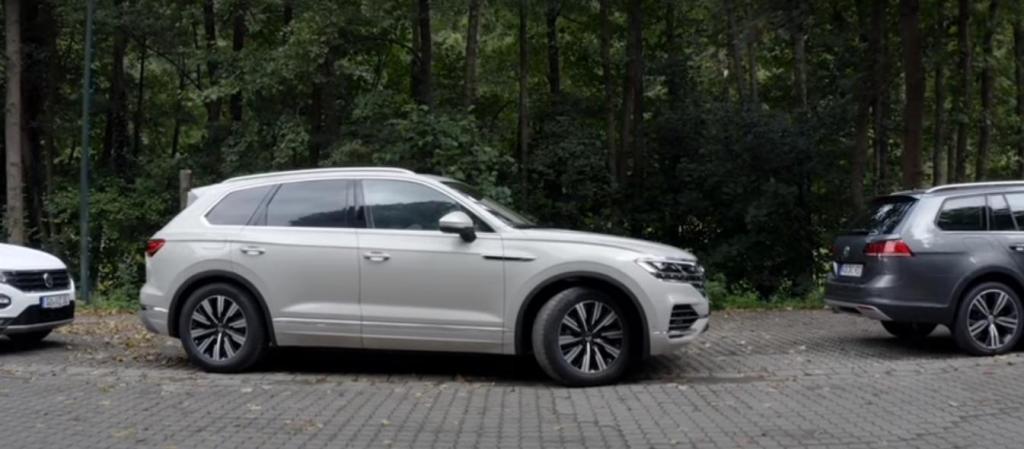 Парковка без водителя за рулем: Volkswagen научил Touareg парковаться самостоятельно (видео)