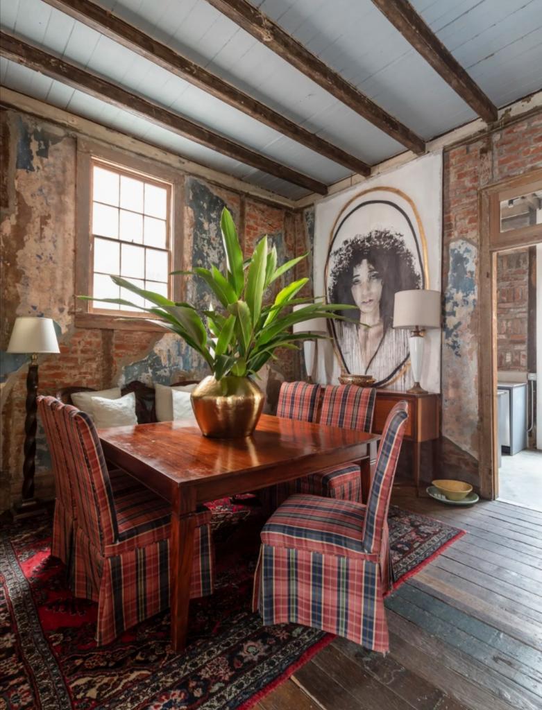 Семья показала обшарпанный ремонт своего дома: оказалось строению больше 200 лет