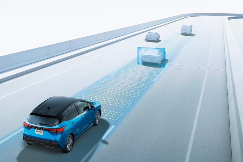 Фирменная V-образная решетка радиатора под узкими фарами: Nissan представил третье поколение модели Note