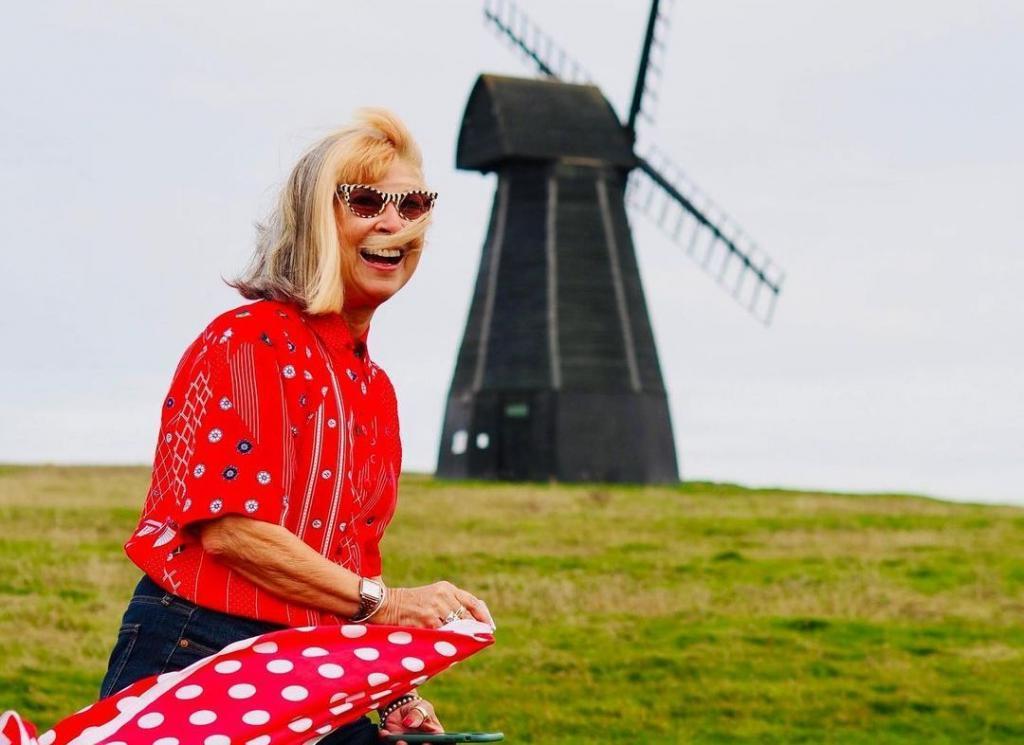 Ей уже 70. Бабушка-модница продолжает стильно одеваться и ничуть не стесняется своего возраста
