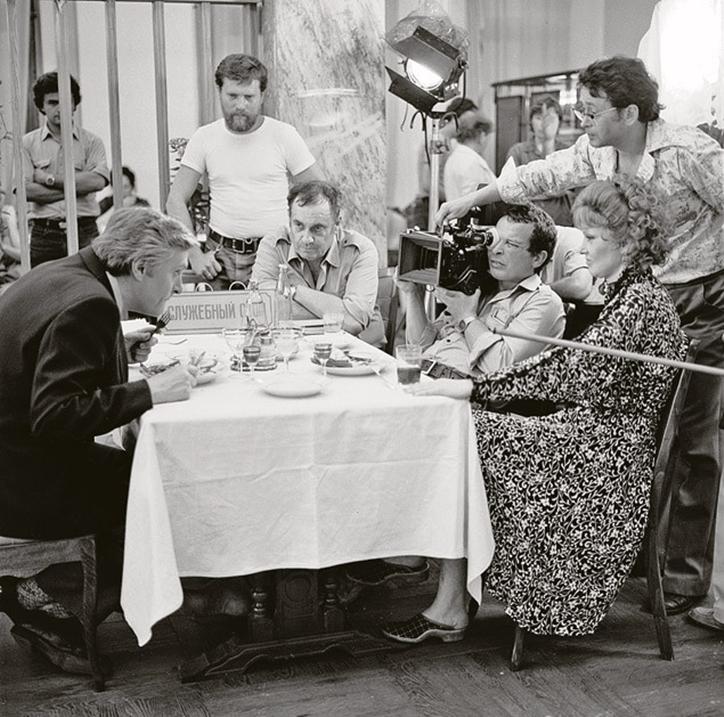 Гайдай в кадре, и не только: редкие фото со съемок любимых советских фильмов