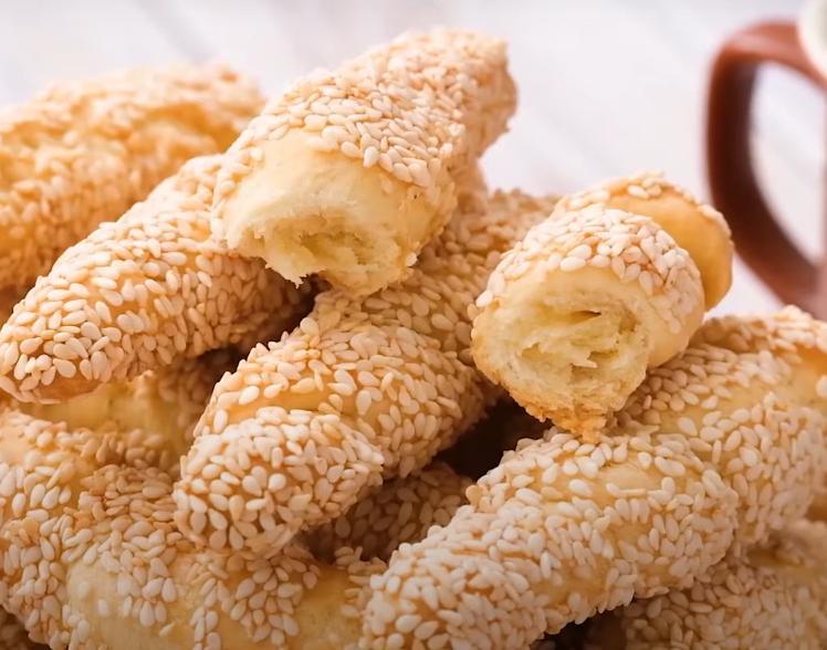 Пара пачек кунжута и классические ингредиенты для теста: рецепт простой закуски, которую можно подавать абсолютно к любому блюду