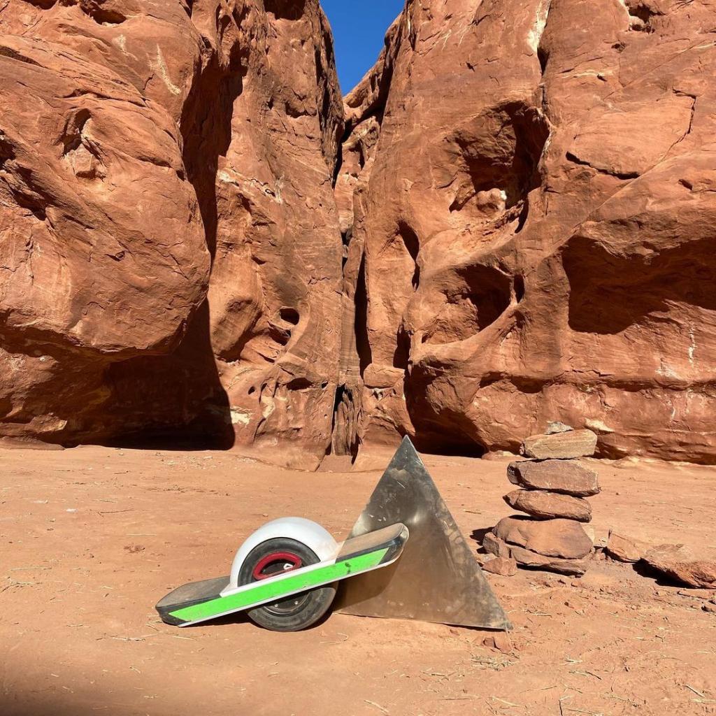 Селфи сделать успели? Загадочный металлический монолит, обнаруженный в горах Юты, был демонтирован неизвестными