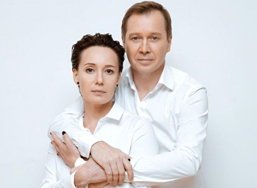 Мама мечтала женить его на достойной девушке. Что скрывает актер Евгений Миронов