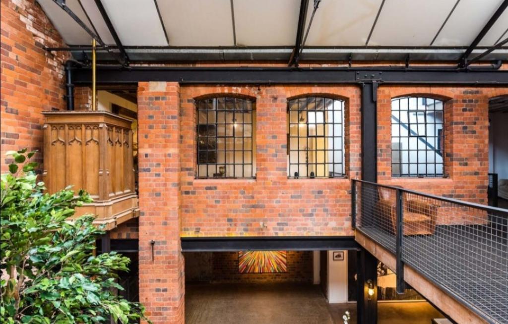 Дом с трехэтажными потолками: как после ремонта выглядит ранее заброшенная фабрика