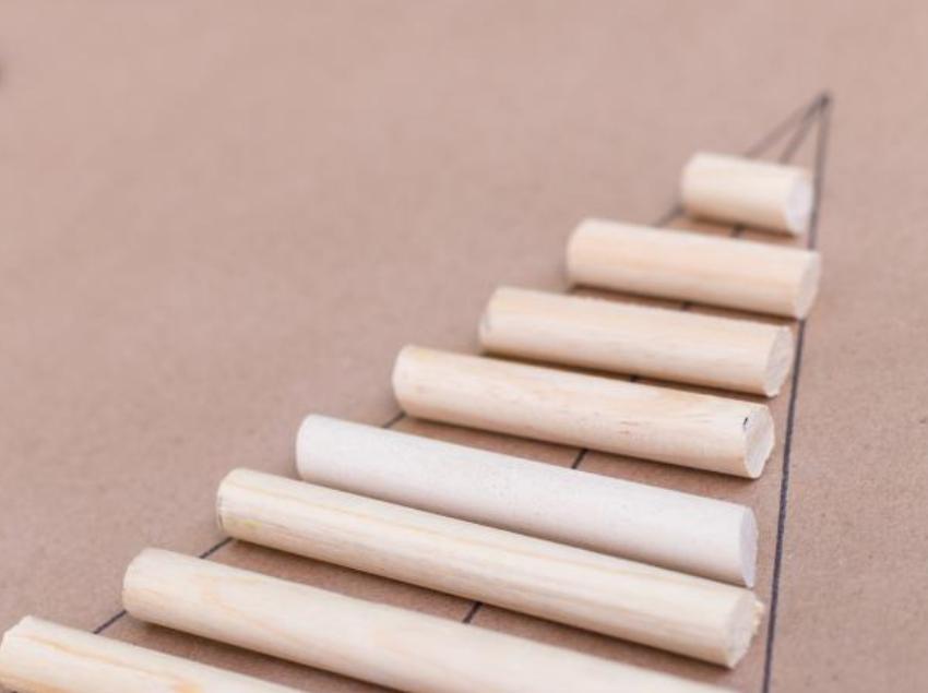 Оригинальная идея для украшения дома: мастерим новогоднюю елку из деревянных дюбелей