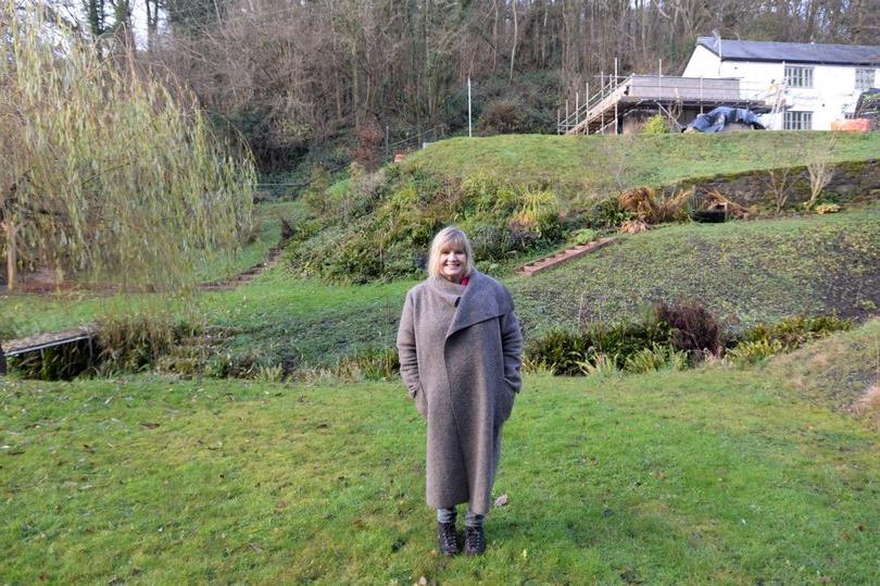 В случае ссоры с мужем Мари Хатчингс может меньше чем за минуту покинуть Англию и оказаться в Уэльсе, и все благодаря странному расположению их дома в Редбруке