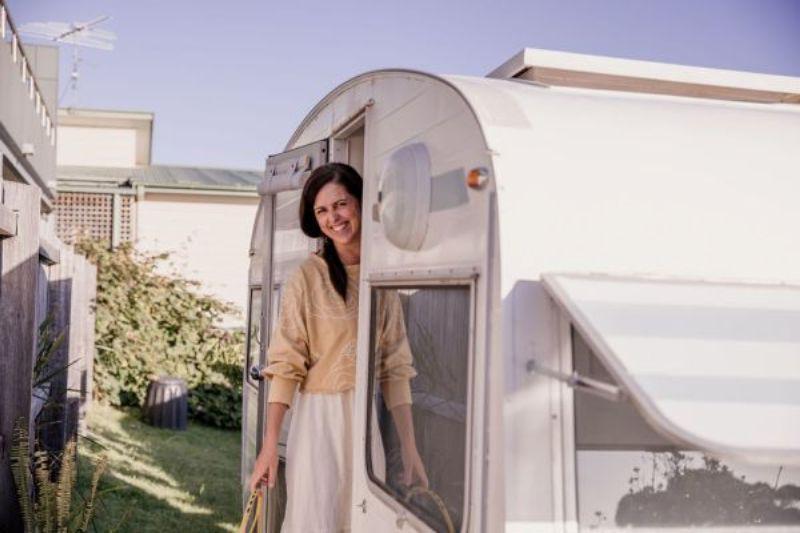 Как пара превратила полуразрушенный дом на колесах в уютное семейное убежище