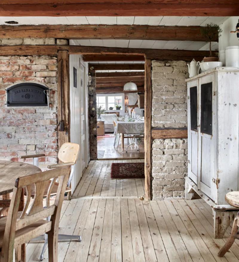 Вернули стиль начала ХХ века. Многодетные супруги купили 100-летний дом и превратили его в красивое, богемное и прочное жилище (фото)