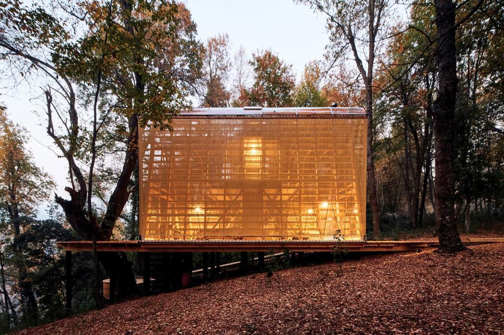 Дизайнеры построили в лесу дом с сетчатыми поликарбонатными стенами, которые отражают тени деревьев днем и освещаются ночью