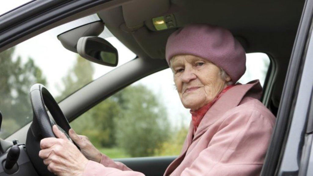 У авто пожилой женщины спустило колесо. Проезжавший мимо мужчина решил ей помочь