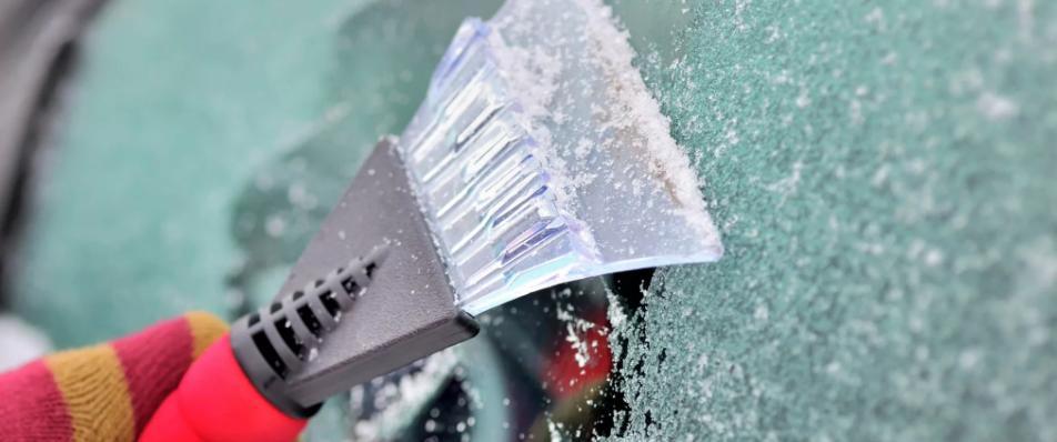 Как правильно и неправильно очистить машину от льда и снега. Помимо простого скребка есть еще несколько способов очистки: прогреть машину, избегать горячей воды, соли и другие