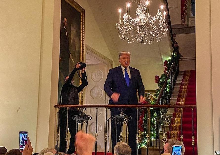 Дональд и Мелания Трамп позируют в одинаковых смокингах для своего последнего снимка в качестве президента и первой леди: 10 фото из Белого дома и видео