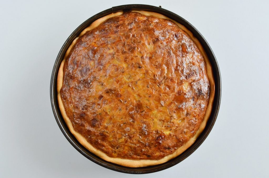 Сочный, ароматный, пикантный: какими только эпитетами я не награждала свой луковый пирог с беконом (а готовится без лишней возни)
