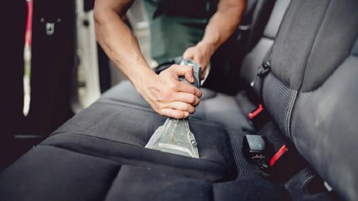 Вы все еще думаете, что сиденья вашего автомобиля достаточно чистые? Тогда посмотрите, какой цвет обретает вода после глубокой чистки салона