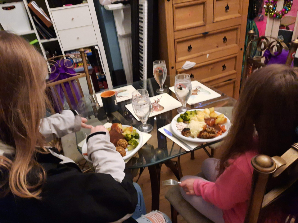 Чтобы не разориться на праздничном застолье, экономная Деб Ходж берет с гостей плату. Даже дети должны платить