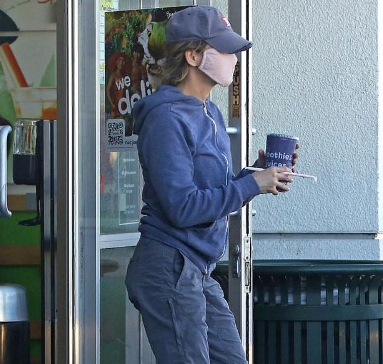 """Рене Зеллвегер занимается делами в Лос-Анджелесе перед выходом в эфир нового документального фильма, посвященного 25-летию """"Дневника Бриджит Джонс"""""""