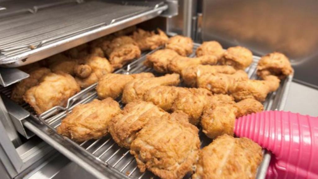 """Когда фанаты KFC из Англии узнали о """"секретном"""" ингредиенте в подливке, им стало нехорошо: 3,5 литра воды на две ложки массы, собранной со дна фритюрницы"""