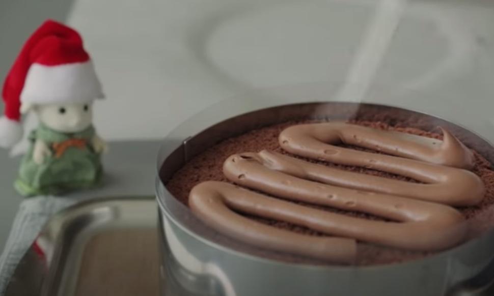 Аппетитный шоколадный тортик с большим количеством сливочного крема станет частью рождественской сказки